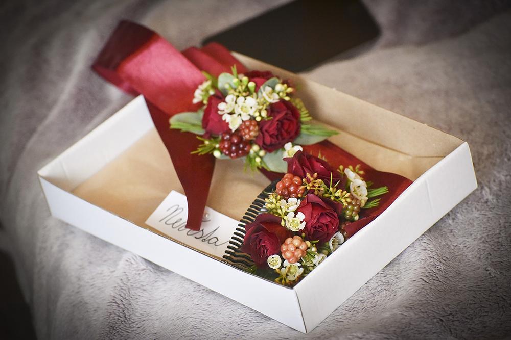 Květinový náramek pro svědkyni a květinový hřebínek do vlasů pro nevěstu. Vše v bordó a bílé barvě. Svatební květiny Klára Uhlířová Brno.
