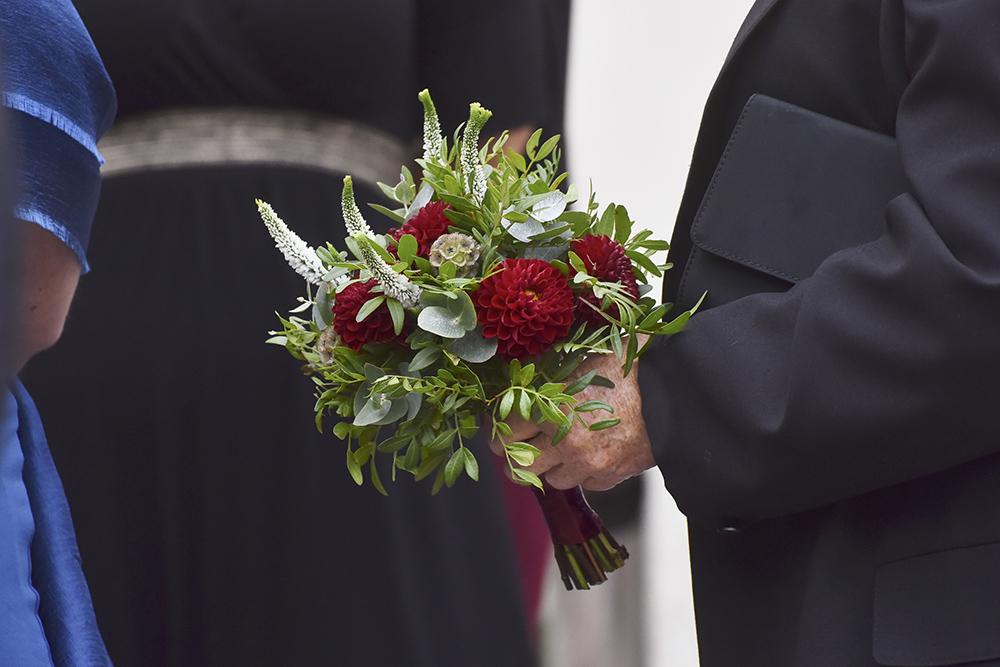 Kytice pro maminku na svatbu. Jiřiny a veronica a eucalyptus. Svatební květiny Klára Uhlířová Brno.