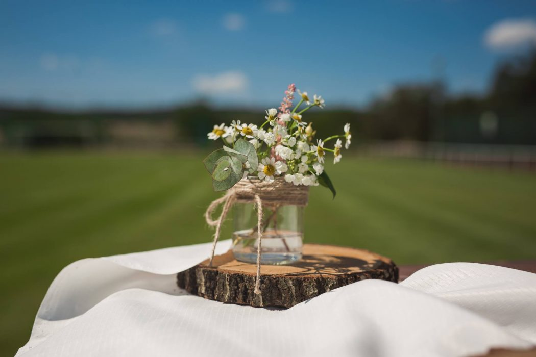 Luční květiny v mini zavořovačce ozdobené jutovým provázkem