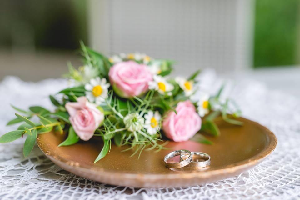 Zlatý podnos na prstýnky s jemnou dekorací z trsových růží. Svatební floristika Klára Uhlířová