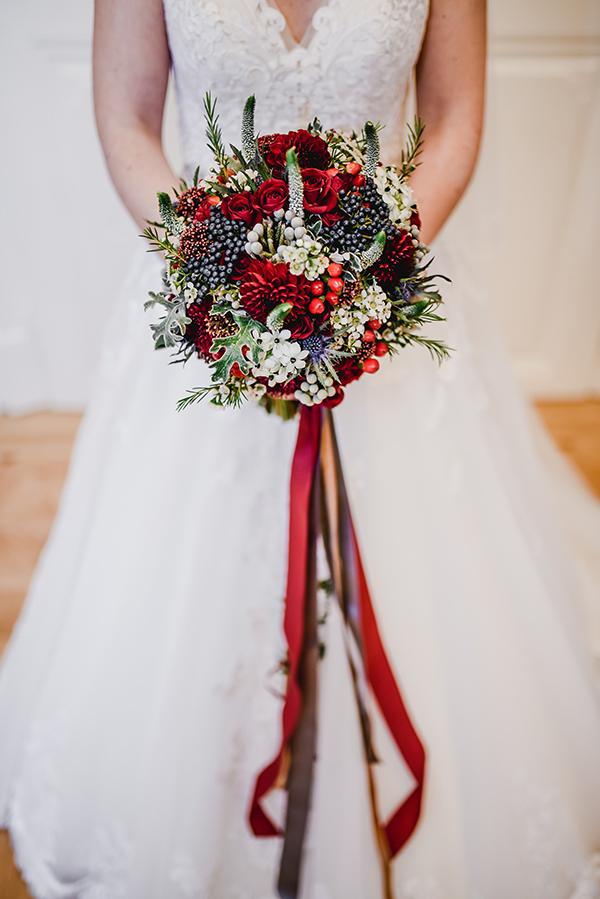 Svatební kytice v bordó, bílé=, modré a zelené. Svatební květiny Klára Uhlířová