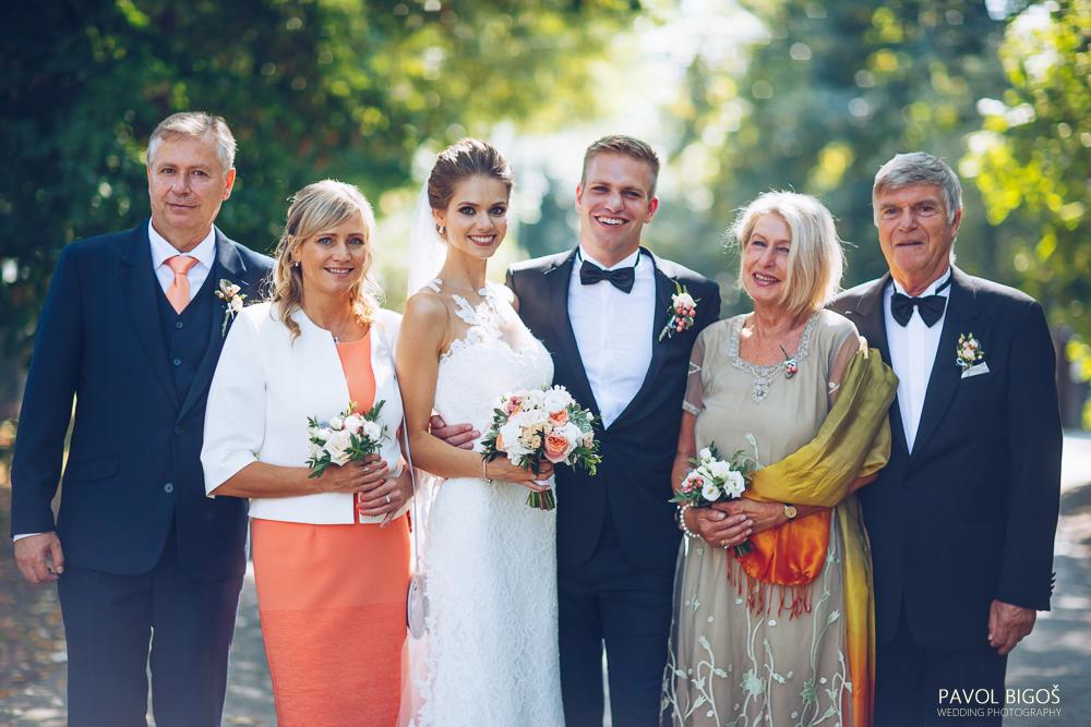 Svatební kytice v bílé a lososové barvě se sukulenty. Květiny pro maminky a korsáže pro muže. Svatební floristika Klára Uhlířová Brno