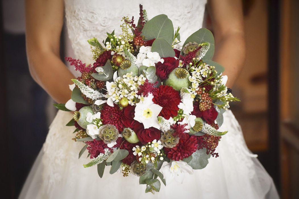 Svatební kytice v bordóa bílé barvě. Použitý materiál: jiřiny, makovice, veronica, eucharis, eucalyptus, scabiosa a wax. Svatební květiny Klára Uhlířová Brno.