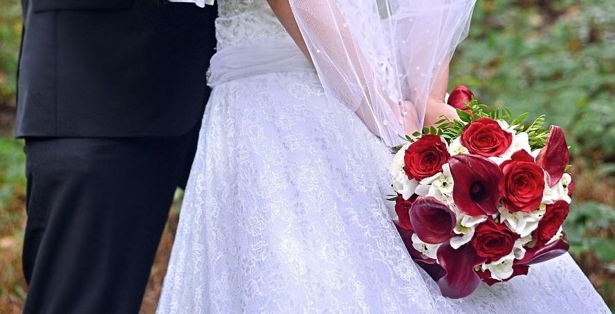 Elegantní kytice z červených růží, kal a bílých hortenzií. Svatbní floristika Klára Uhlířová Brno