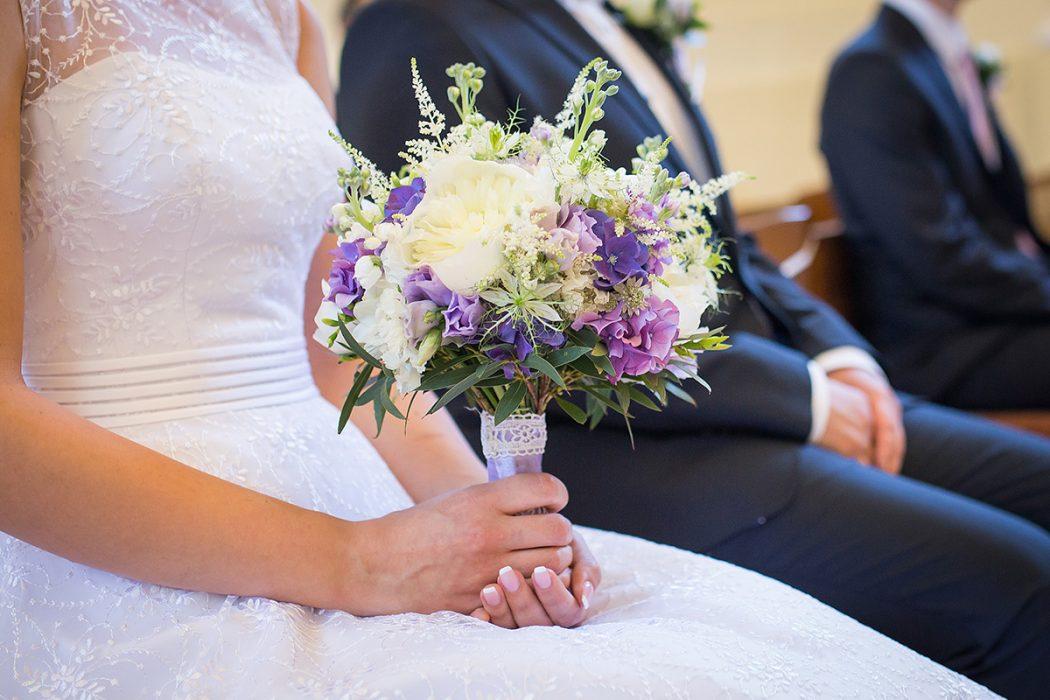 Svatební kytice ve fialovo-bílé barvě. Použité květiny: hortenzie, pivoňky, čechrava, eucalyptus, frézie. Svatební květiny Klára Uhlířová Brno
