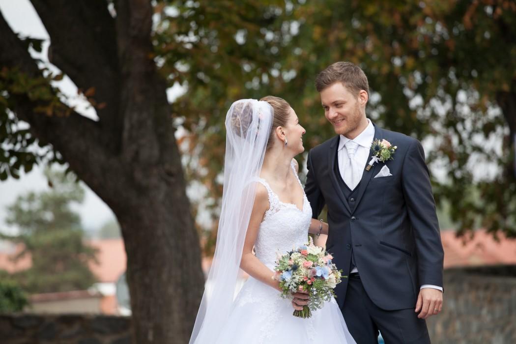 Svatební kytice v růžovo - modro -bílé barvě se sukulenty. Korsáž pro ženicha ze sukulentu. Svatební floristika Klára Uhlířová Brno