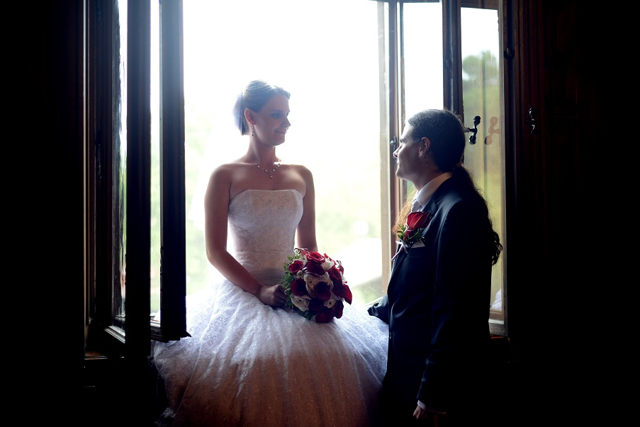 Svatební kytice z červených růží, červených kal a bílých hortenzií. Svatební floristika Klára Uhlířová Brno