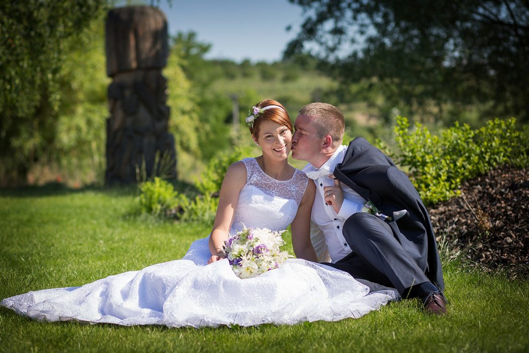 Svatební kytice ve fialovo- bílé barvě a květinová čelenka do vlasů. Svatební květiny Klára Uhlířová Brno.