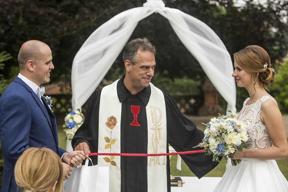Dekorace svatebního obřadu a svatební kytice. Vše v modro bílé barvě. Svatební květiny Klára Uhlířová Brno.