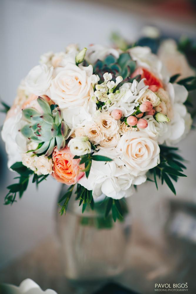 Svatební kytice z lososových růží, sukulentů, krémových růží a hortenzie. Svatební floristika Klára Uhlířová Brno