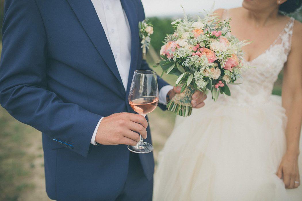 Svatební kytice v lososové barvě z růží a dorbných bílých kvítků. Svatební květiny Klára Uhlířová.