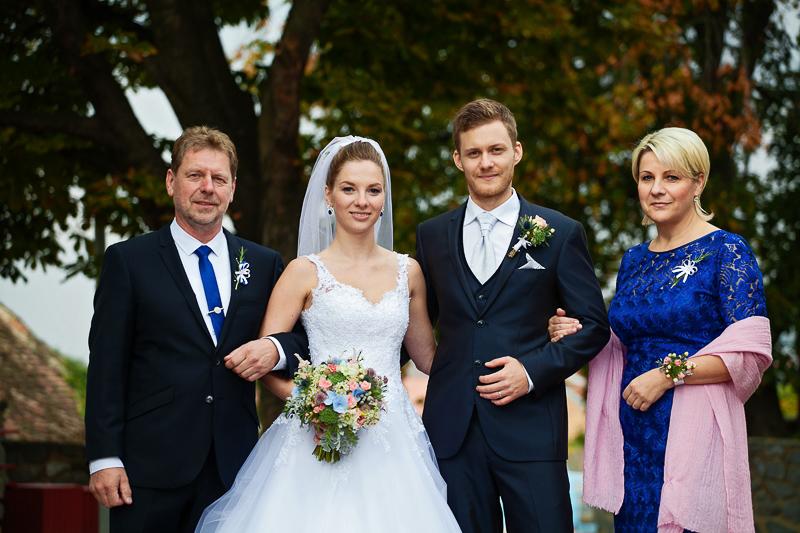 Svatební kytice, korsáž pro ženicha, květinový náramek pro maminku. Vše v bílo - modro - růžové. Svatební floristika Klára Uhlířová Brno.