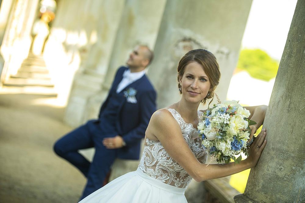 Modro bílá svatební kytice z hortenzí, bouvaridí a pivoněk. Svatební květiny Klára Uhlířová Brno.