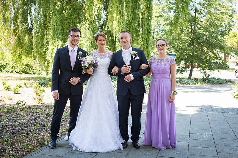 Svatební kytice s pivoňkami, květinový náramek pro družičku, korsáže pro ženicha a svědka. Svatební květiny Klára Uhlířová Brno