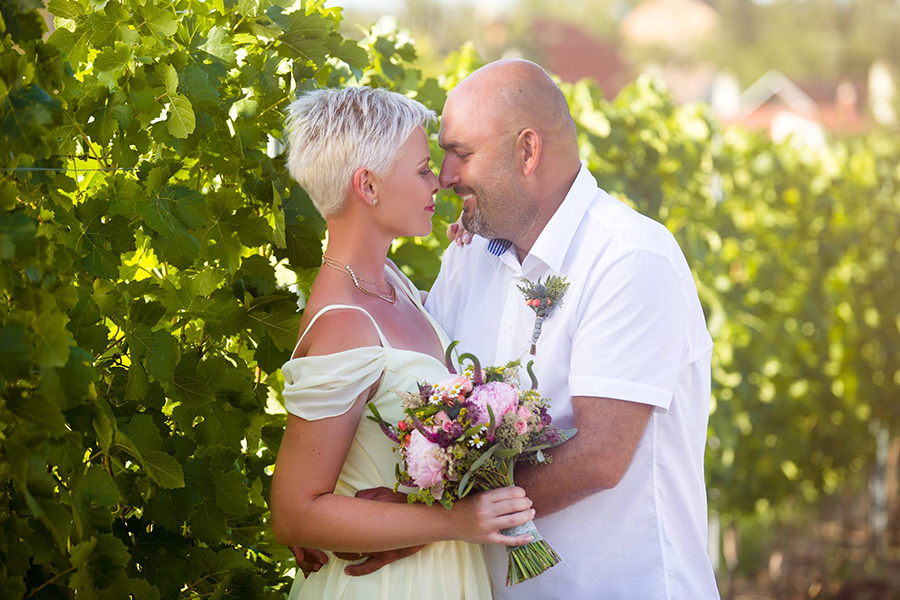 Svatební kytice z pivoněk a lučních květin. Svatební květiny Klára Uhlířová Bnro