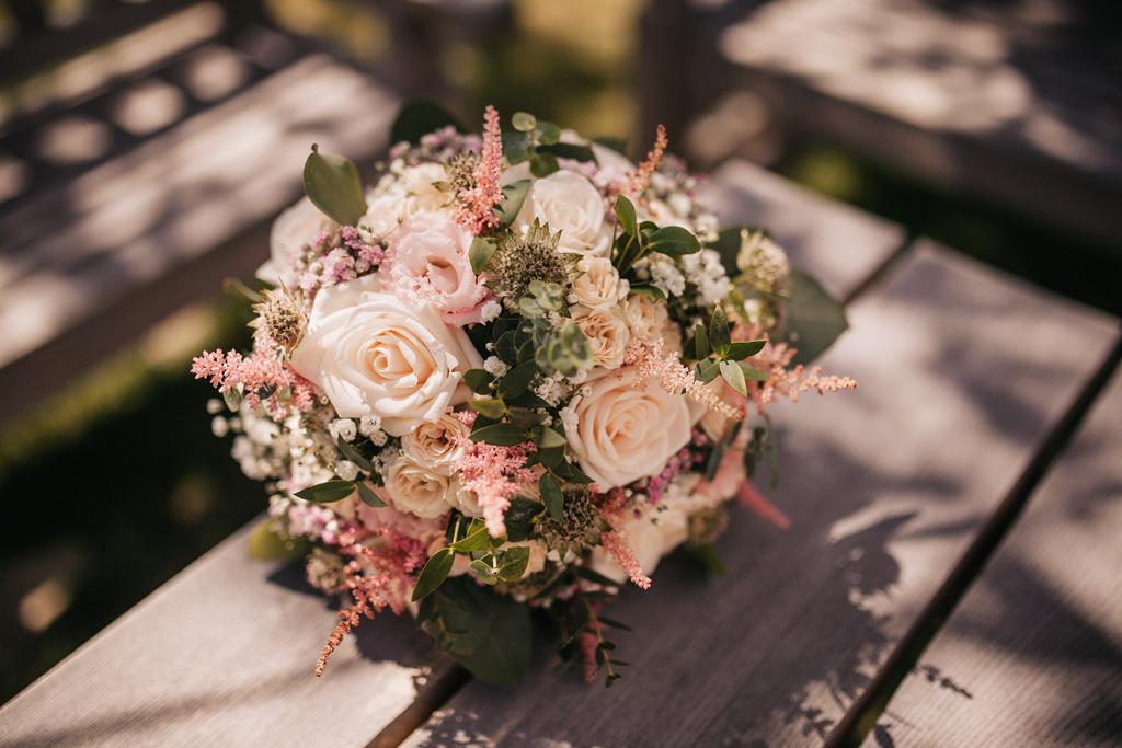 Svatební kytice z růží, lučního kvítí a eucalyptu. Svatební květiny Klára Uhlířová.