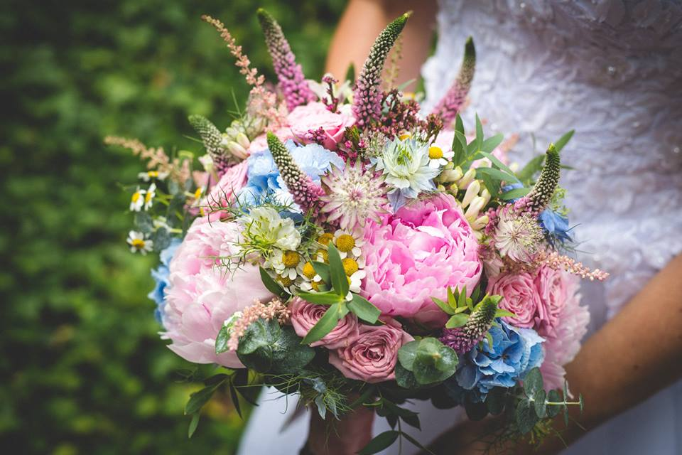 Detail svatební kytice z lučních květin v pastelových barvách. Floristika Klára Uhlířová Brno