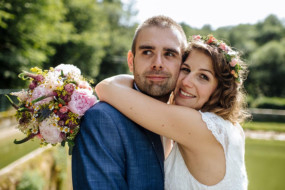 Svatební kytice z růžových pivoněk a barevných lučních květin. Svatební květiny Klára Uhlířová Brno