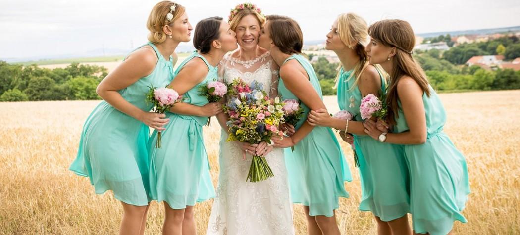 Vysoká kytice z lučního kvítí. Věneček pro nevěstu a pivoňky pro družičky. Svatební floristika Klára Uhlířová