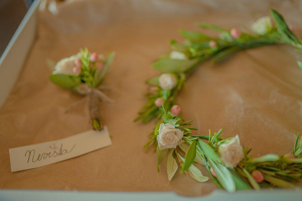 Věneček do vlasů z trsových růžiček, rozmarýnu a olivy. Korsáž pro ženicha z trsových růžiček. Svatební květiny Klára Uhlířová.