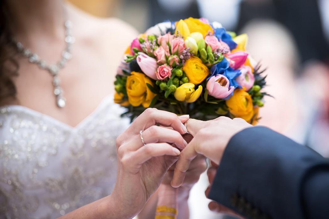 Barevná jarní svatební kytice z tulipánů, pryskyřníků, frézií, hortenzie a trsových růží. Svatební květiny Klára Uhlířová Brno