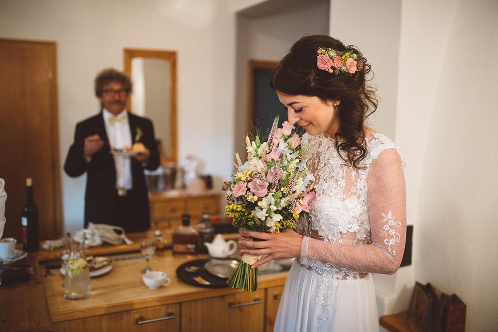 Vysoká svatební kytice z lučního kvítí v pastelových barvách a obilí. Svatební květiny Klára Uhlířová