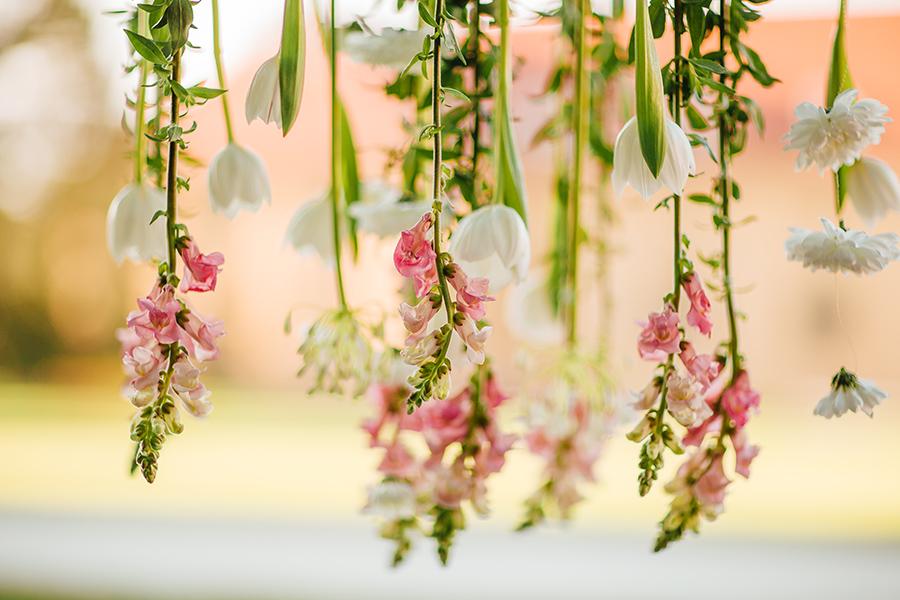 Zavěšené květiny ze stromu. Dekorace na místě obřadu. Svatební floristika Klára Uhlířová Brno
