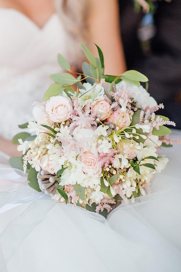 Romantická svatební kytice v bílo - růžové barvě s akcenty šedé. Svatební floristika Klára Uhlířová Brno.