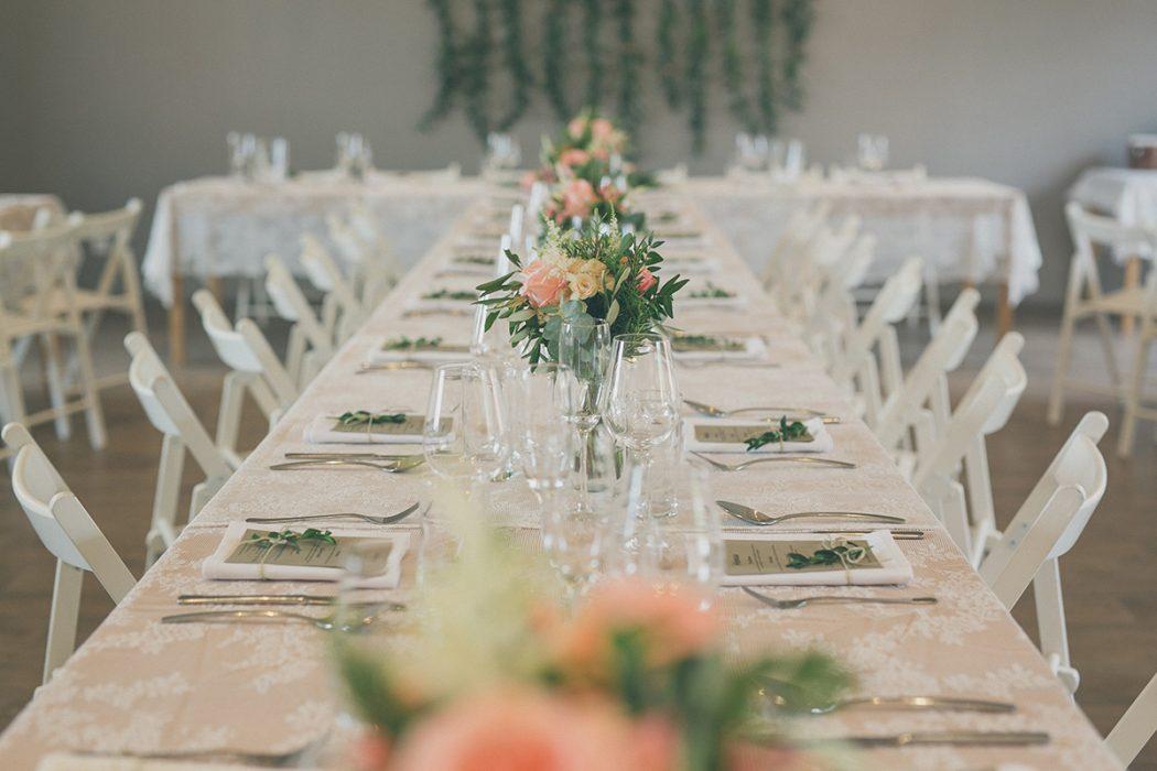 Dekroace na stoly z lososových růží, olivy, eucalyptu a rozmarýnu. Svatební květiny Klára Uhlířová