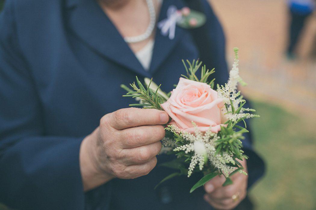 Malá kytička pro babičku. Růže dozdobená bylinkami a čechravou. Svatební květiny Klára Uhllířová.