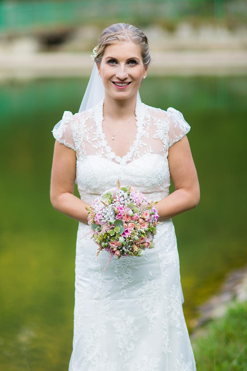 Svatební kytice z nevěstina závoje a růžových květin. Svatební květiny Klára Uhlířová