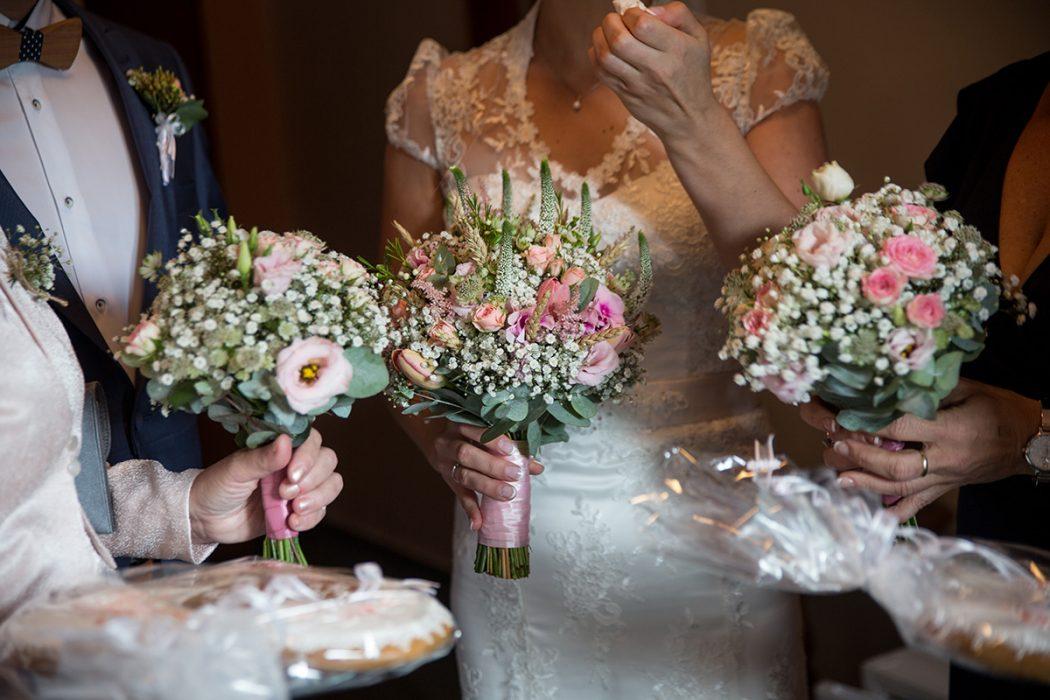 Svatební kytice z nevěstina závoje a růžových květin. Doplňující květiny pro maminky. Svatební květiny Klára Uhlířová.