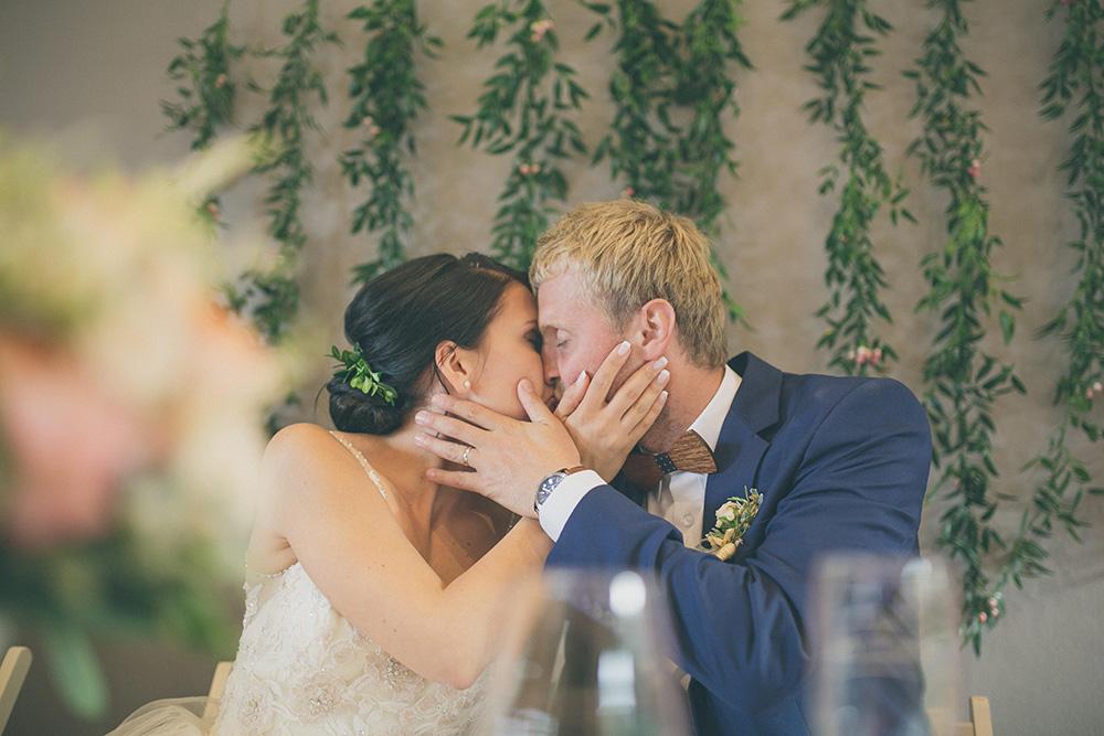 Zelené pozadí za novomanželé. POužitý materiál je ruscus. Svatební květiny Klára Uhlířová