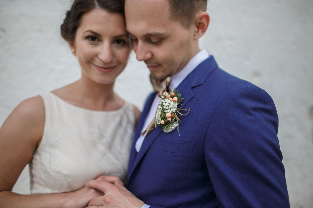 Korsáž pro ženicha v bílo-zlato-zelené barvě. Svatební květiny Klára Uhlířová Brno