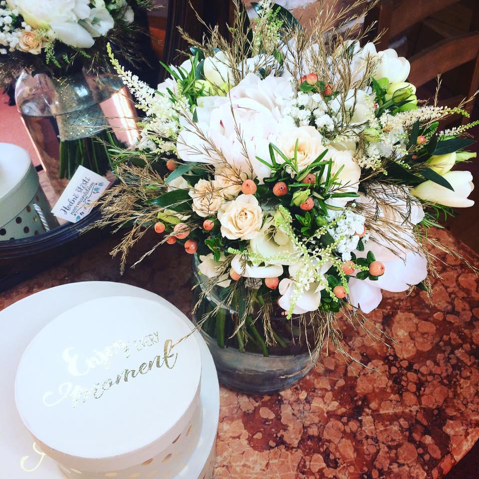 Svatební kytice z pivoněk, trsových růží, frézií a zeleně, to vše doplněno o zlatou barvu. Svatební květiny Klára Uhlířová Brno