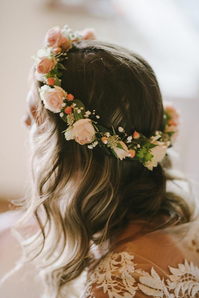 Věneček pro nevěstu z trsových růžiček, nevěstina závoje a hyperica. Svatební květiny Klára Uhlířová Brno