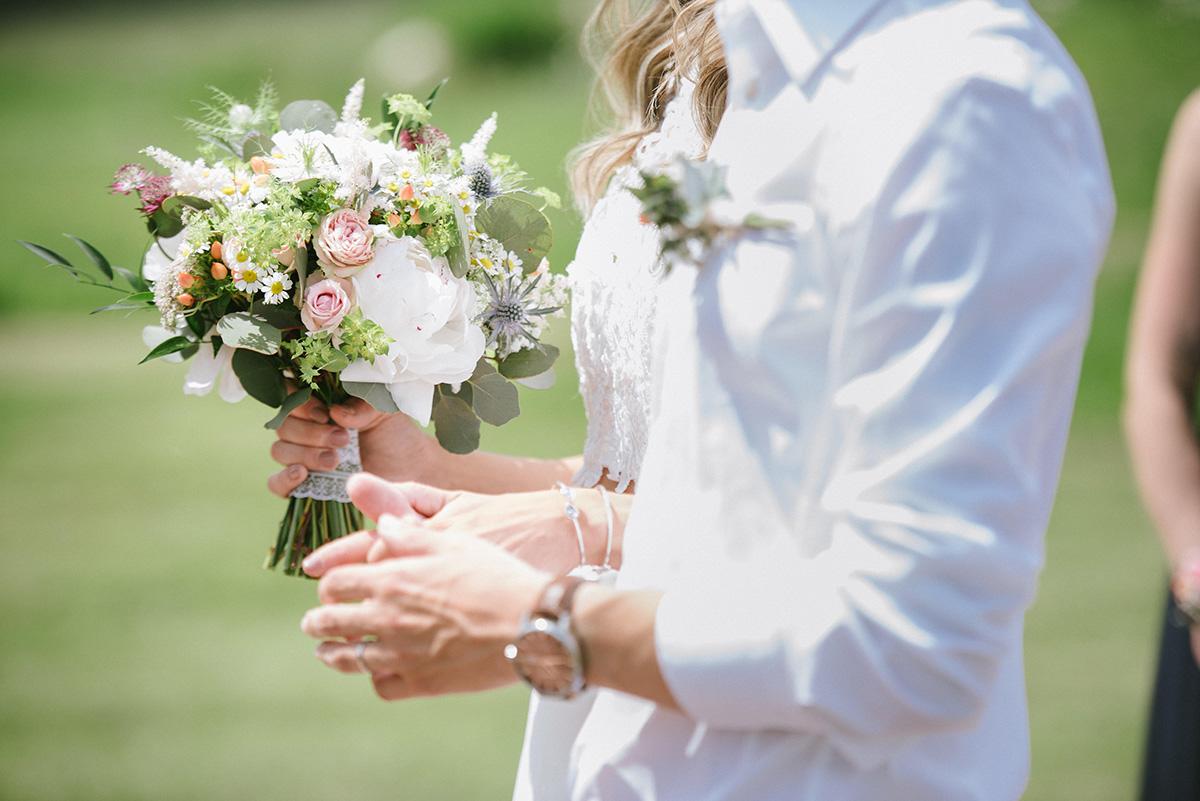 Svatební kytice z pivoněk a lučního kvítí. Svatební květiny Klára Uhlířová Brno