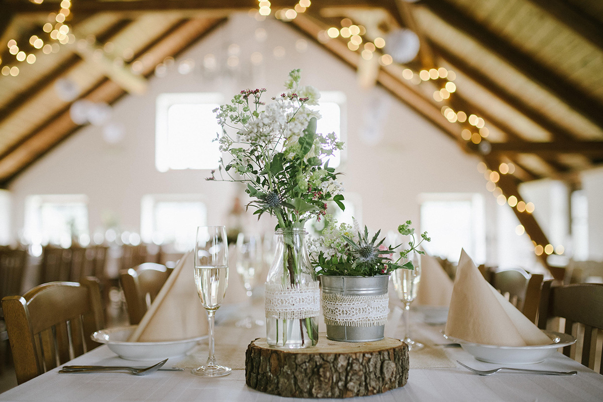 Květinová výzdoba stolů. Dřevěné špalíky a luční květy. Svatební floristika Klára Uhlířová Brno