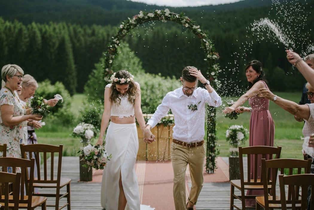 Květinová slavobrána, svatební kytice, věneček do vlasů. Vše v tlumených tónech s nádechem růžové. Svatební květiny Klára Uhlířová Brno