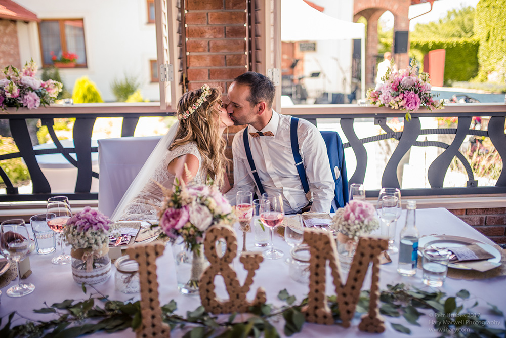 Výzdoba svatební tabule novomanželů. Pivoňky, hortenzie a nevěstin závoj. Svatební květiny Klára Uhlířová