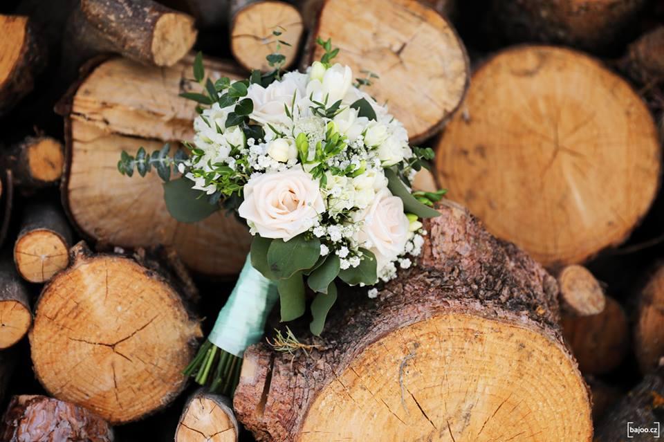 Svatební kytice v bílo-krémové barvě doplněná o eucalyptus. Svatební květiny Klára Uhlířová.