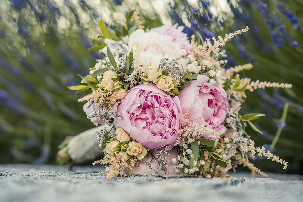 Svatební kytice v odstínech růžové, krémové a bílé. Svatební květiny Klára Uhlířová.