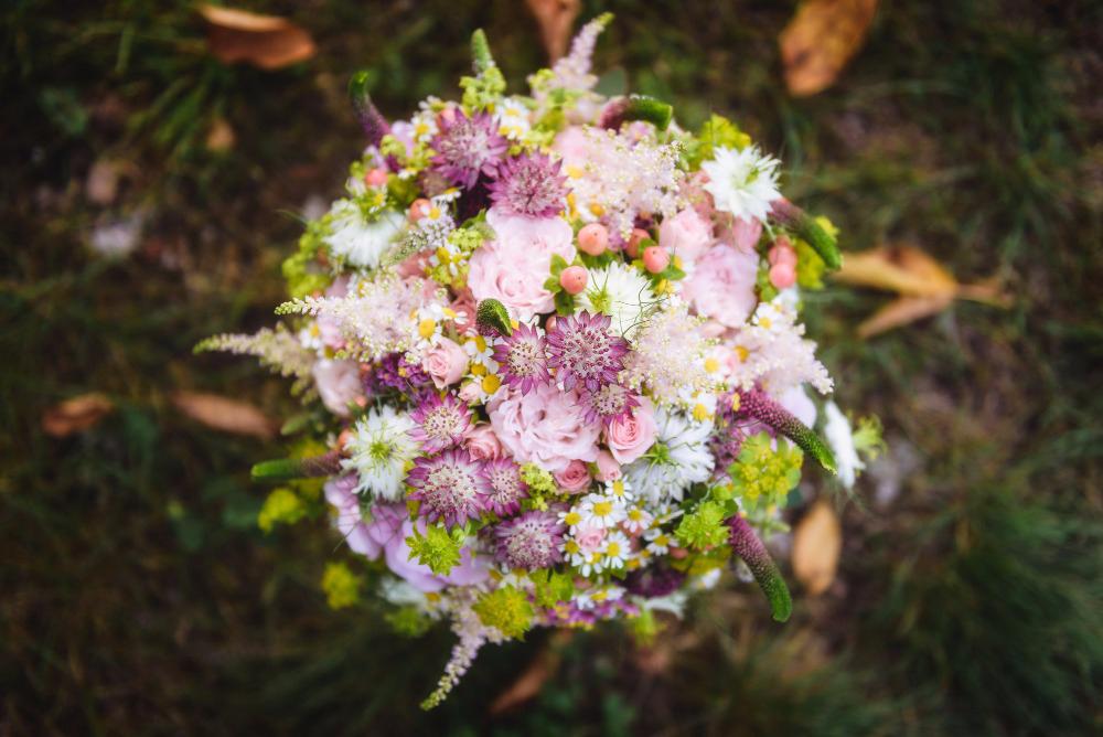 Růžová kytice z lučního kvítí. Použité květiny: trsové růže, astilbe, veronica, heřmánek, nigela, alchemila. Svatební květiny Klára Uhlířová