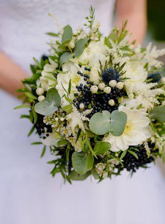 Modro-bílá svatební kytice. Svatební květiny Klára Uhlírová