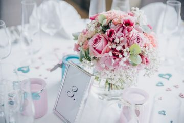 Růžová kytice na kulatých stolech. Svatební květiny Klára Uhlírová