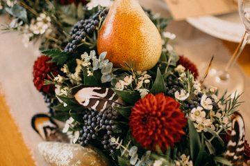 Boho dekorace s hruškami na svatební tabuli.