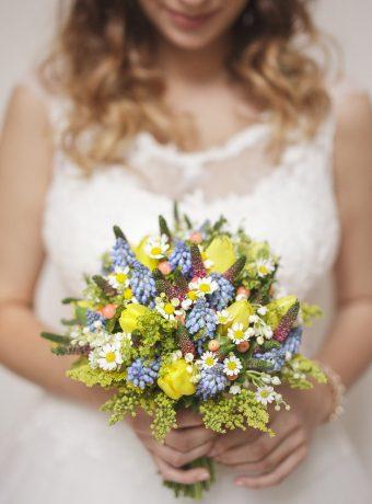 Jarní svatební kytice z tulipánů a modřenců. Svatební květiny Klára Uhlířová