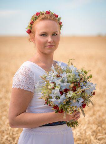 folklorni-svatebni-kytice-modra-bila-cervena-svatebni-kvetiny-klara-uhlirova