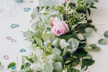 Eucalyptová girlanda s růžemi. Svatební květiny Klára Uhlírová
