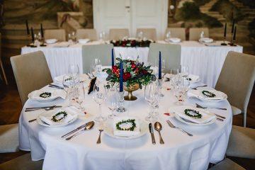 Dekroace na kulaté stoly a myrtové věnečky na jmenovky. Svatební květiny Klára Uhlírová